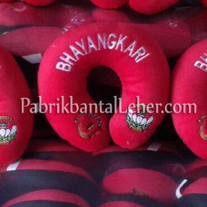 bantal leher bhayangkari merah